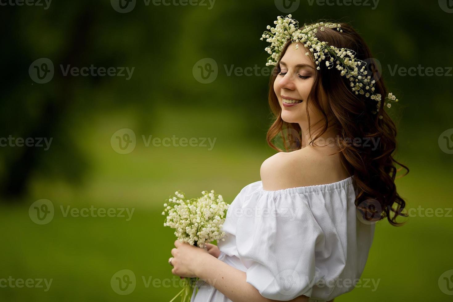 zwangere vrouw met bloemen in de zomer foto
