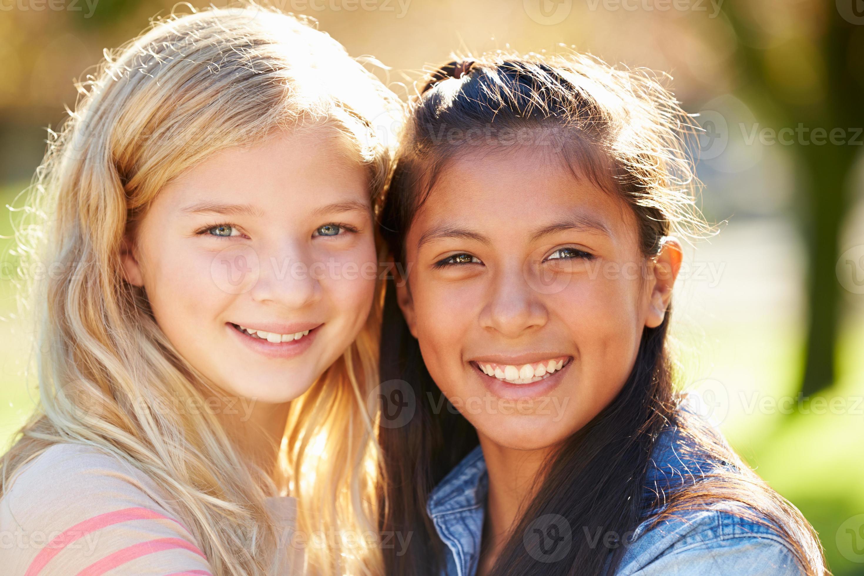 Portret Van Twee Mooie Meisjes Op Het Platteland 1241956 Stockfoto