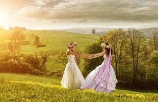 2 mooie bruid in de ochtend, idyllische weide, vriendschapssymbool foto