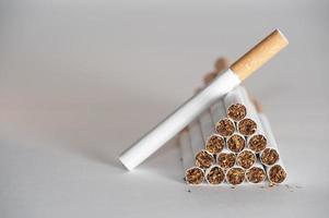 piramide van sigaretten foto