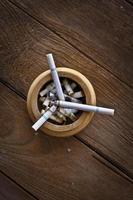 sigaret op tafel foto