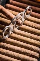 guillotine en sigaar op sigaren stapel foto