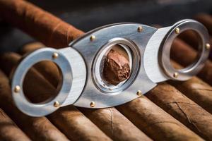 guillotine die sigarenuiteinde afsnijdt foto