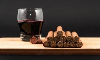 wereldwijd bekende handgerolde Cubaanse sigaren met rode wijn foto