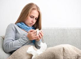 jonge vrouw die verkouden is foto