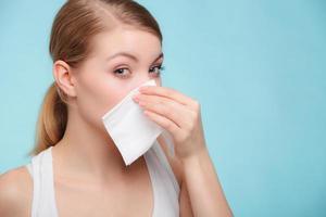 griepallergie. ziek meisje niezen in weefsel. Gezondheid