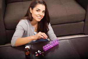 schattig meisje het organiseren van pillen foto