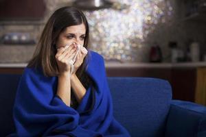 zieke jonge vrouw hoest en blaast