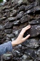 de steen aanraken