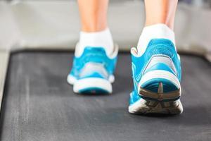vrouw draait op loopband in de sportschool. foto