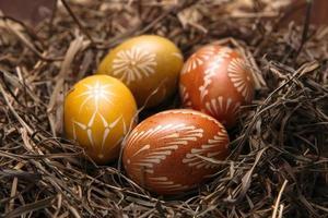 paaseieren in nest op een houten achtergrond kleur foto