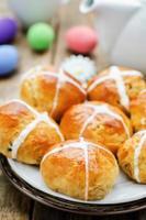 Pasen broodjes met een kruis en eieren foto