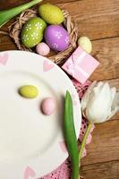Pasen tafel instelling met tulpen en eieren