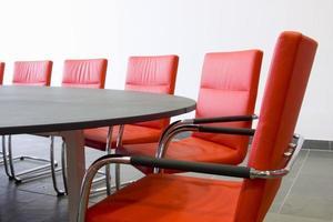 stoelen in een vergaderruimte foto