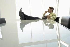 zakenman met dagboek in vergaderruimte