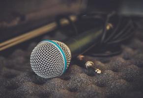 close up van microfoon op vintage toon foto