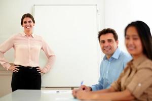 professioneel commercieel team dat bij u glimlacht foto
