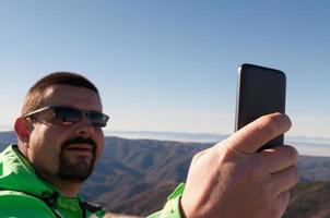 wandelaar een selfie te nemen in de bergen