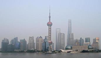 parel toren en andere wolkenkrabbers in shanghai