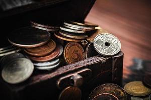 oude munten in de borst foto