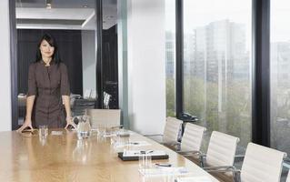 zakenvrouw permanent in vergaderruimte foto