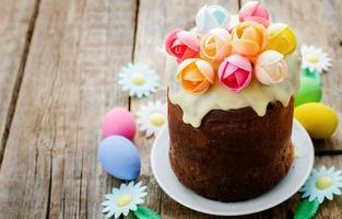 Pasen cake met veelkleurige bloemen foto