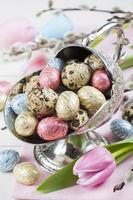 kleurrijke chocolade paaseieren in metalen vaas foto