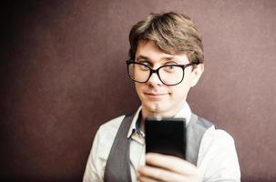 grappige kerel met behulp van mobiele smartphone foto