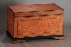 oude versierde houten stam foto