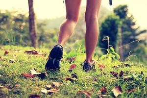 vrouw wandelaar kust bergtop foto