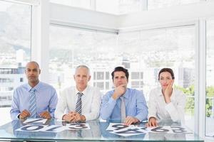 geconcentreerd business team zitten met hun stem op het bureau foto
