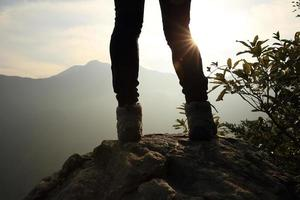 wandelen benen zonsopgang bergtop