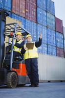 arbeiders praten in scheepswerf foto