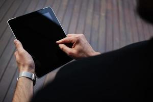 jonge freelancer man aan het werk op digitale tablet met kopie ruimte foto