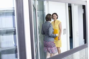 vrouwelijke ondernemers praten in functie foto
