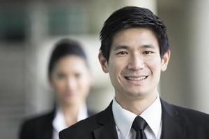 Aziatische zakenman met een gelukkige uitdrukking. foto
