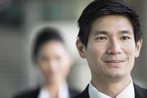 een Aziatische zakenman met een vrolijke uitdrukking. foto