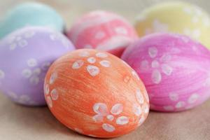 paaseieren met bloemen, handgemaakte beschilderde eieren foto