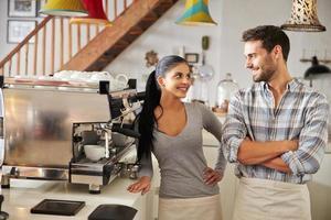 happy cafe werknemers staan achter de balie, glimlachend
