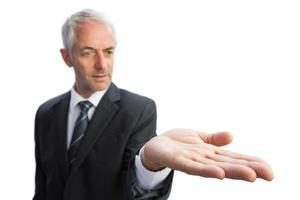 geconcentreerde zakenman met omhoog palm foto