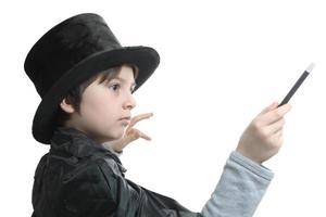 jonge goochelaar concentreerde zich op de truc die hij uitvoert foto