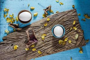 verse boerderij eieren op een houten rustieke achtergrond foto