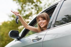 Kaukasische autobestuurder vrouw lachend foto