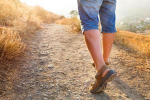 actieve gezonde reis - man klimt op de berg. foto