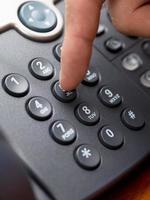 close up van een vinger op telefoonnummer foto