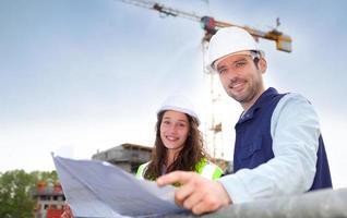 medewerkers die werken op een bouwplaats foto