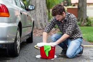 man klaar voor auto schoonmaken foto