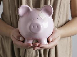 close-up van piggy bag op handen van de vrouw foto