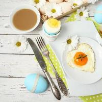Pasen tabel instelling met bloemen en eieren foto