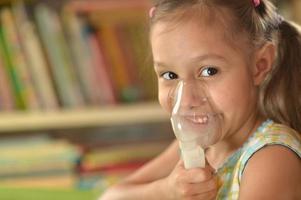mooi meisje met inhalator foto
